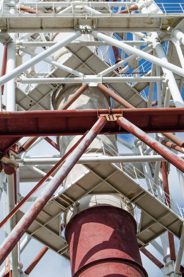 Industrielles Rohr hergestellt von großem, geometrisch, Metallbauten lizenzfreie stockbilder