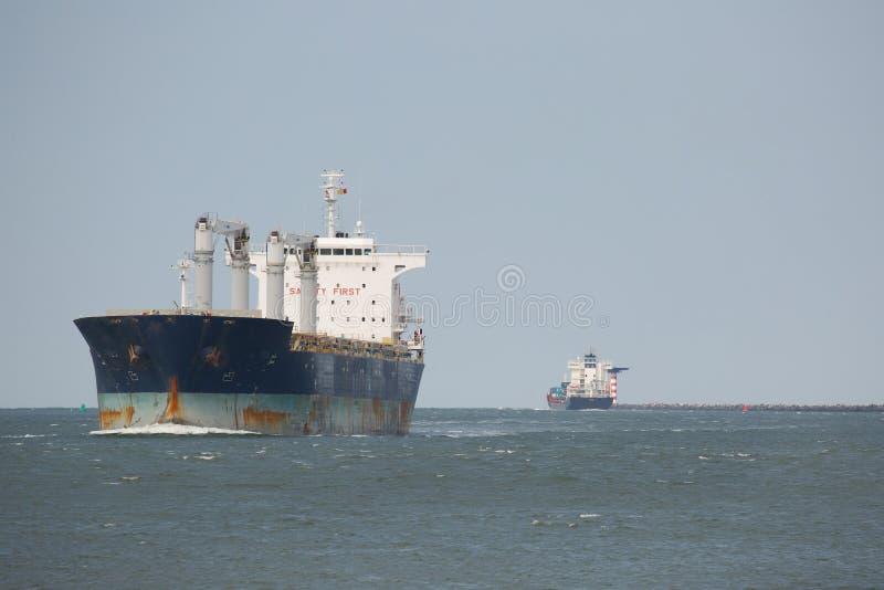 Industrielles Schiffssegeln herein stockfoto
