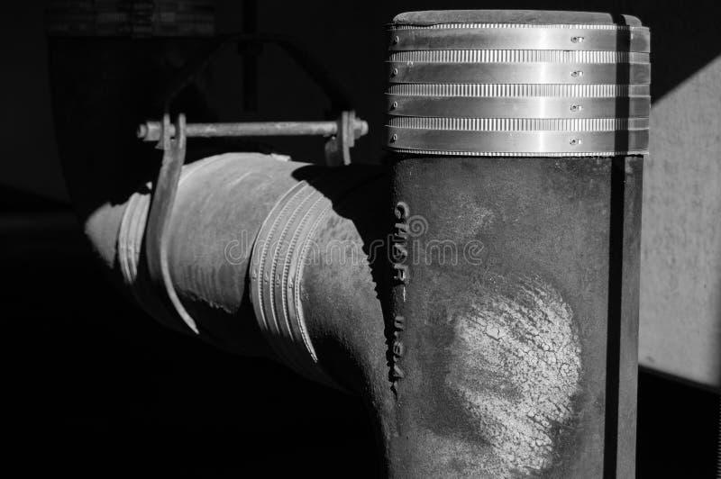 Industrielles winkliges Rohr lizenzfreie stockfotografie