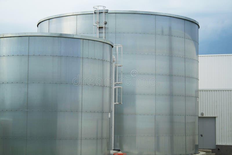 Industriellt belägga med metall cisterns fotografering för bildbyråer