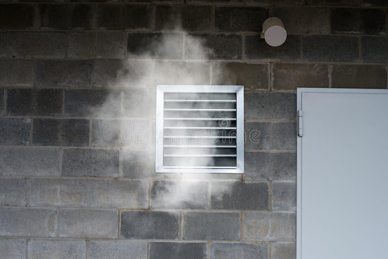 Industriellt betingande rör för ventilation och för luft med giftlig smok fotografering för bildbyråer