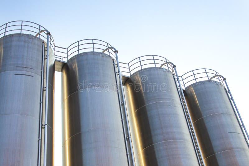 Industriellt, bransch för formen för oljeraffinaderiväxten fossila bränslen, behållaren och rörledningen för olje- lagring för ra fotografering för bildbyråer