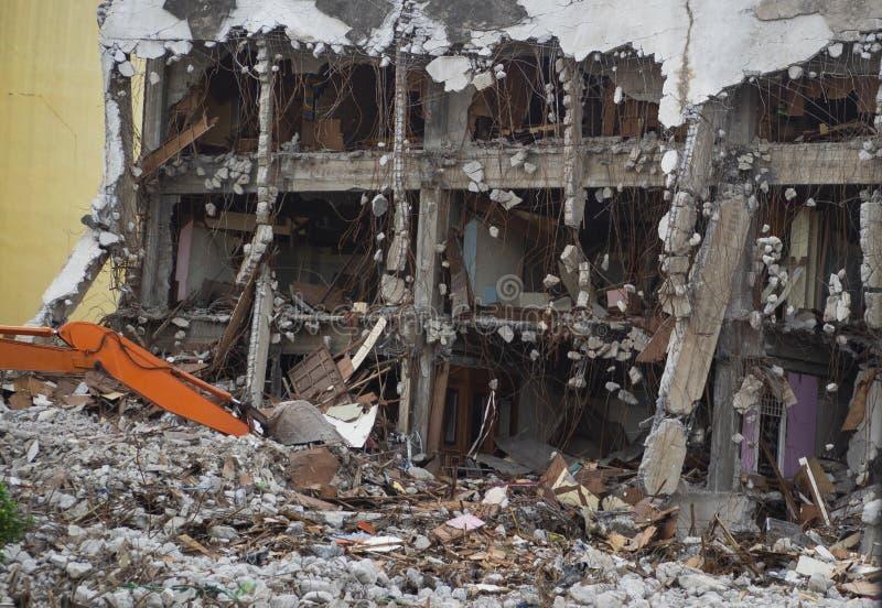 Industriellt förstört byggande Byggnadsrivning vid explosion Övergiven konkret byggnad med spillror Jordskalvet fördärvar arkivbilder