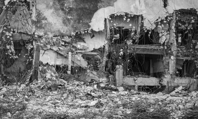 Industriellt förstört byggande Byggnadsrivning vid explosion Övergiven konkret byggnad med spillror Jordskalvet fördärvar royaltyfri foto