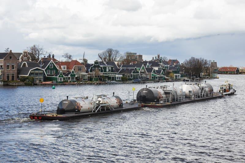 Industriellt fartyg, lastfartyg, Zaanse Schans, Nederländerna arkivbild