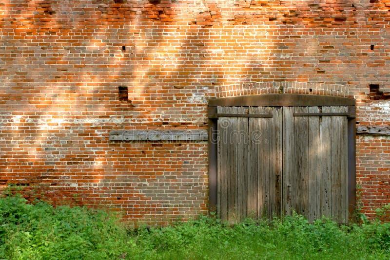 industriellt gammalt trä för tegelstenbyggnadsdörrar arkivfoto