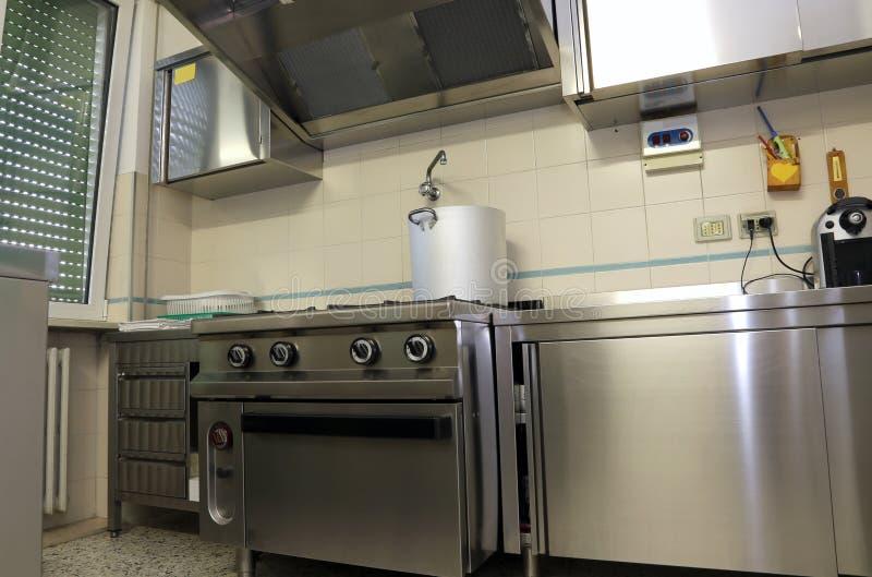 Industriellt kök för att förbereda mat för många personer arkivfoto