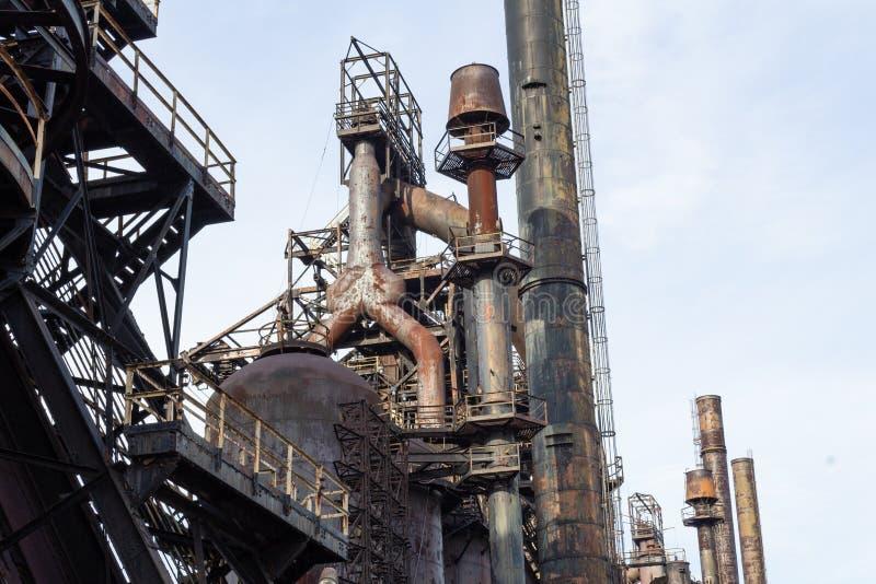 Industriellt komplex för stålbransch med lång räcka av former, färger och polityrer arkivbild
