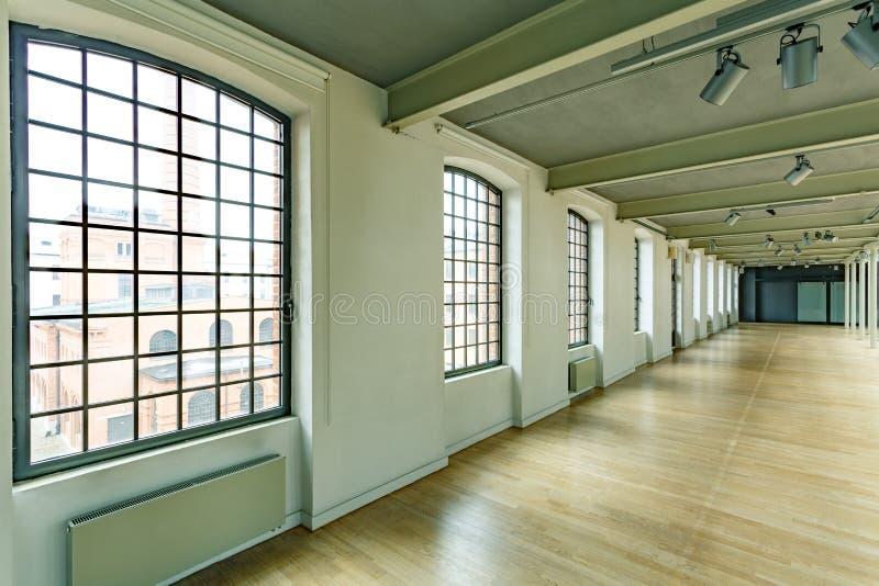 Industriellt lager med fönster arkivfoton