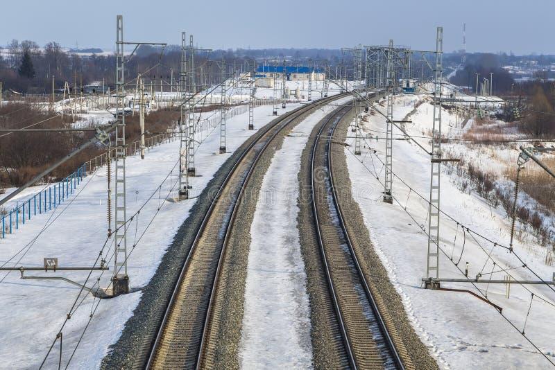 Industriellt landskap - elektrifierad järnväg linje arkivbild