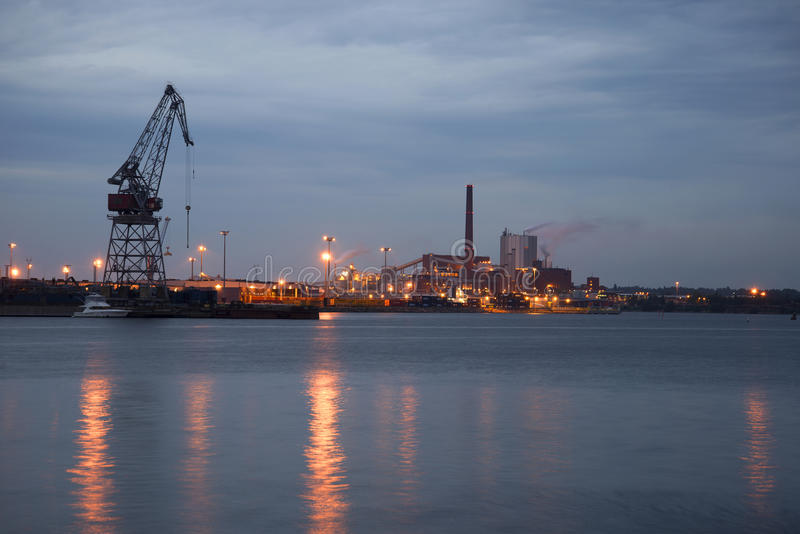Industriellt landskap i aftonskymning Kotka arkivfoto