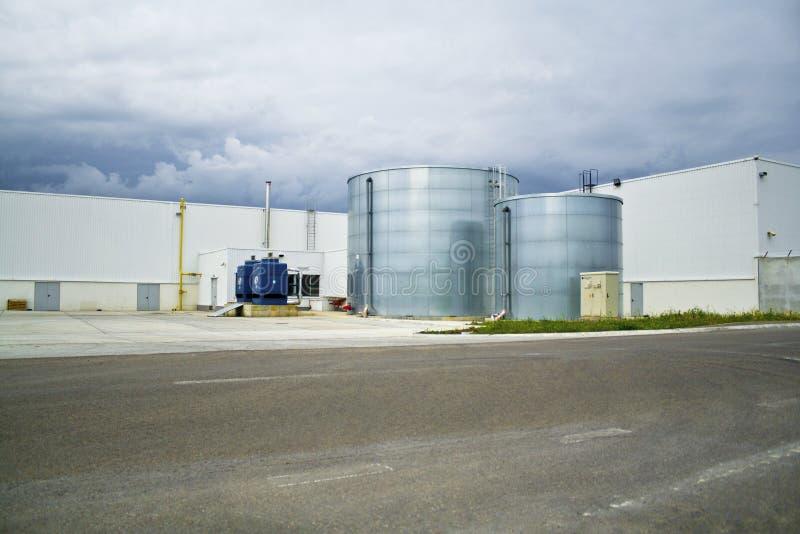 Industriellt landskap med cisterns royaltyfri foto