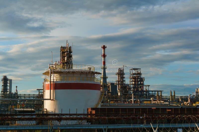 Industriellt landskap - raffinaderi royaltyfri fotografi