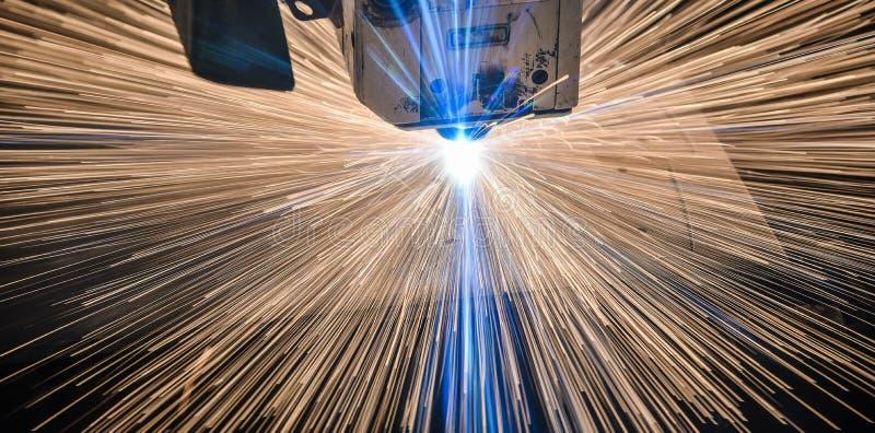 Industriellt laser-klipp som bearbetar tillverkningteknologi av material för stål för metall för plant ark med gnistor arkivfoto