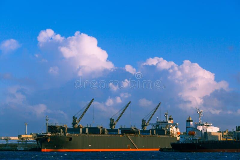 Industriellt lastfartyg i port Portland Australien arkivbilder