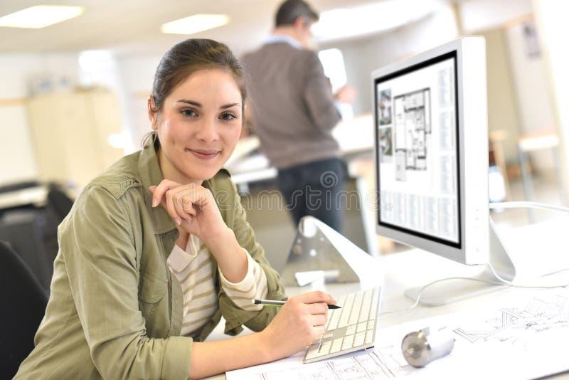 Industriellt märkes- arbete på kontoret arkivbild