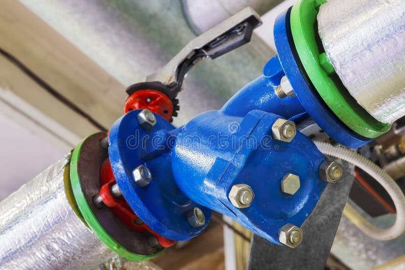 Industriellt mekaniskt vattenfilter med ventilen arkivbilder