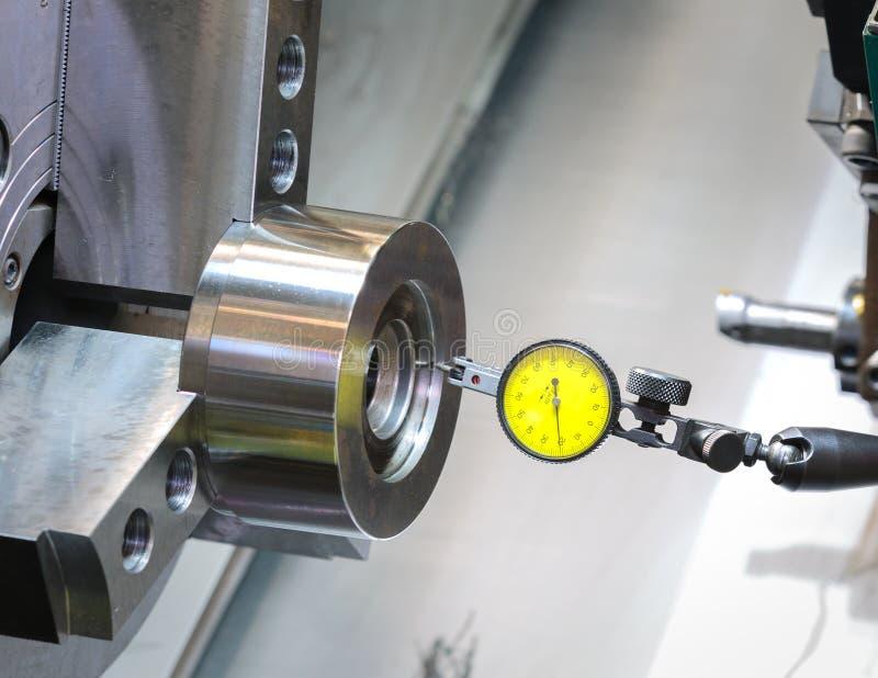 Industriellt metallarbete som bearbetar med maskin process vid det bitande hjälpmedlet på CNC l royaltyfri foto
