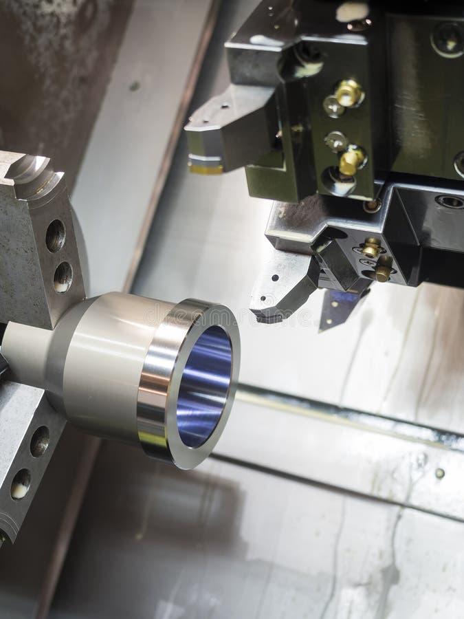 Industriellt metallarbete som bearbetar med maskin process vid det bitande hjälpmedlet på CNC l arkivbilder