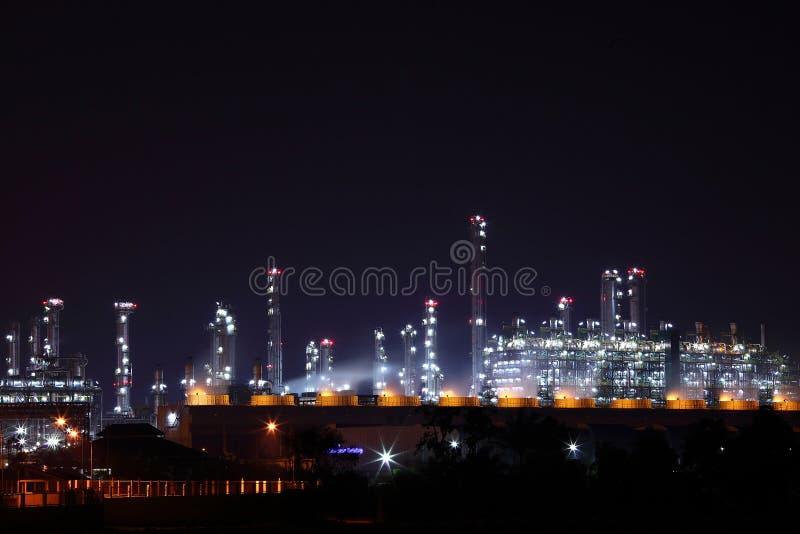 Industriellt petrokemiskt landskap på natten Rayong royaltyfri foto