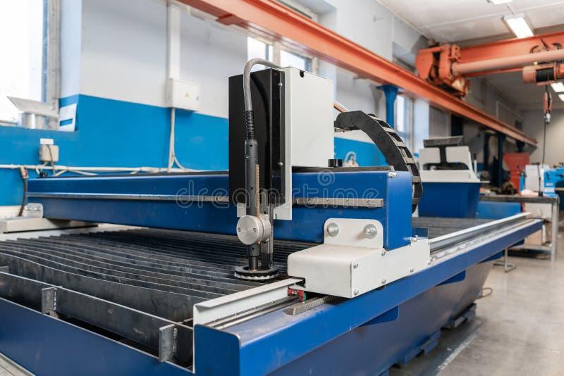 Industriellt plasmamaskinsnitt av metallplattan Nytt CNC-laser-plasma Selektiv fokus på laser-plasmaklipp av metall arkivfoto