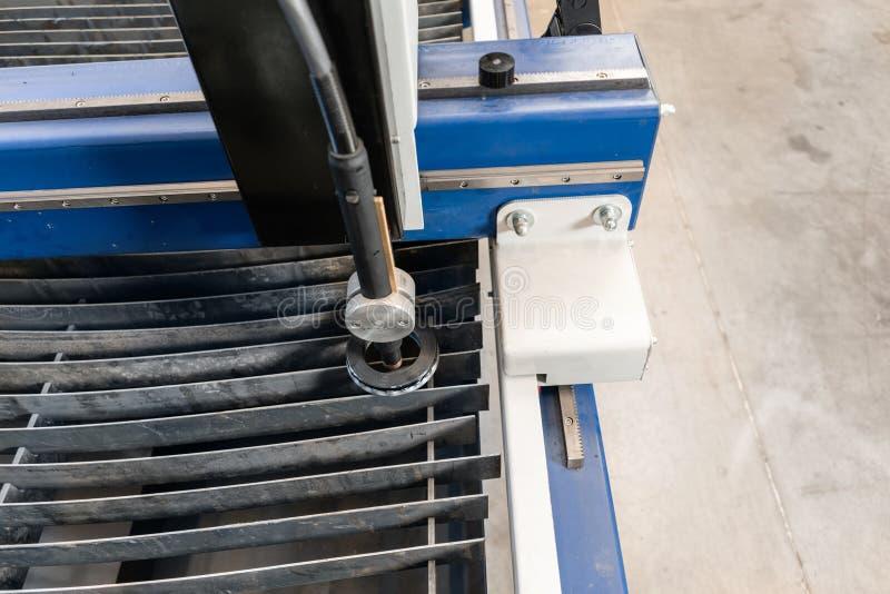 Industriellt plasmamaskinsnitt av metallplattan Nytt CNC-laser-plasma Selektiv fokus på laser-plasmaklipp av metall arkivbilder