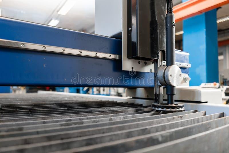Industriellt plasmamaskinsnitt av metallplattan Nytt CNC-laser-plasma Selektiv fokus på laser-plasmaklipp av metall royaltyfria foton