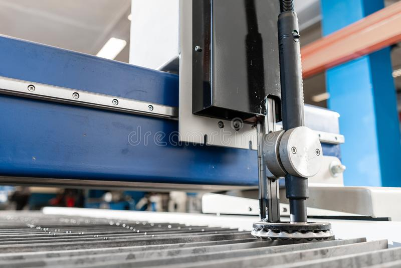 Industriellt plasmamaskinsnitt av metallplattan Nytt CNC-laser-plasma Selektiv fokus på laser-plasmaklipp av metall royaltyfria bilder