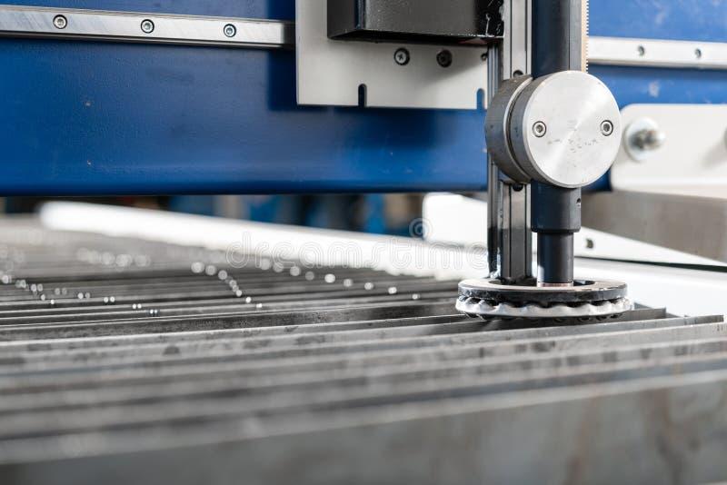 Industriellt plasmamaskinsnitt av metallplattan Nytt CNC-laser-plasma Selektiv fokus på laser-plasmaklipp av metall royaltyfri foto