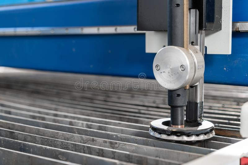 Industriellt plasmamaskinsnitt av metallplattan Nytt CNC-laser-plasma Selektiv fokus på laser-plasmaklipp av metall royaltyfri fotografi