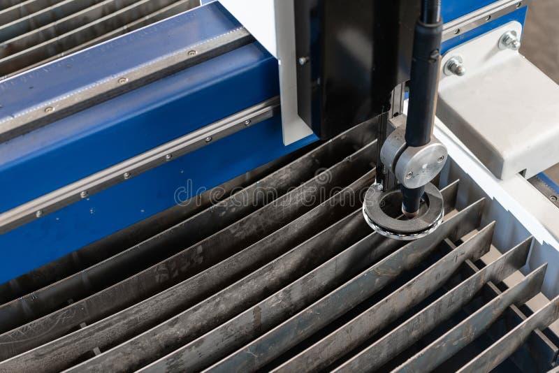 Industriellt plasmamaskinsnitt av metallplattan Nytt CNC-laser-plasma Selektiv fokus på laser-plasmaklipp av metall royaltyfri bild