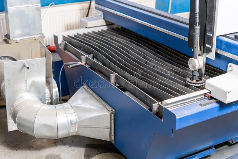 Industriellt plasmamaskinsnitt av metallplattan Nytt CNC-laser-plasma Selektiv fokus på laser-plasmaklipp av metall arkivbild