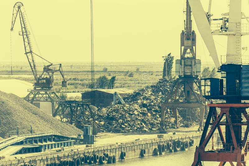 Industriellt portområde med kranar, industriellt landskap royaltyfria foton
