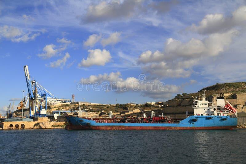 Industriellt skepp i den storslagna hamnen av Valletta arkivbilder