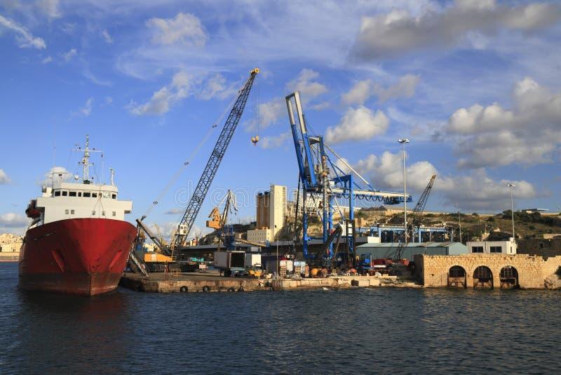 Industriellt skepp i den storslagna hamnen av Valletta fotografering för bildbyråer