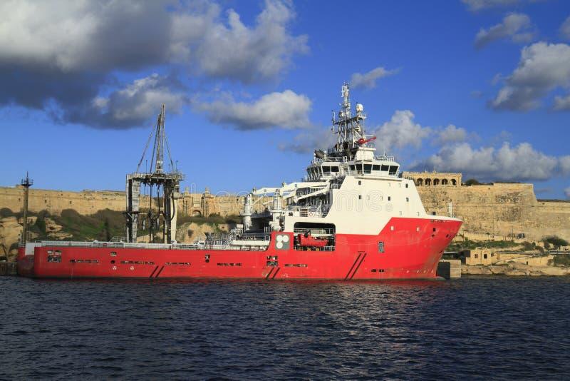 Industriellt skepp i den storslagna hamnen av Valletta royaltyfria bilder