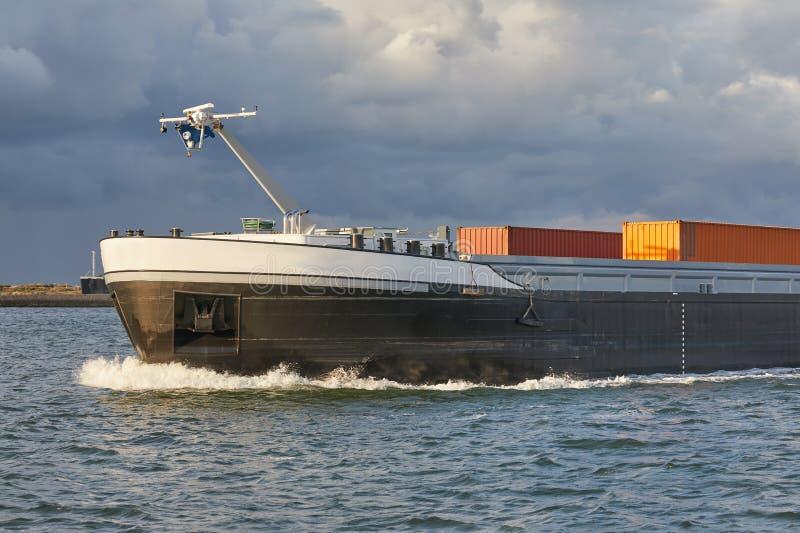 Industriellt skepp på floden arkivbilder
