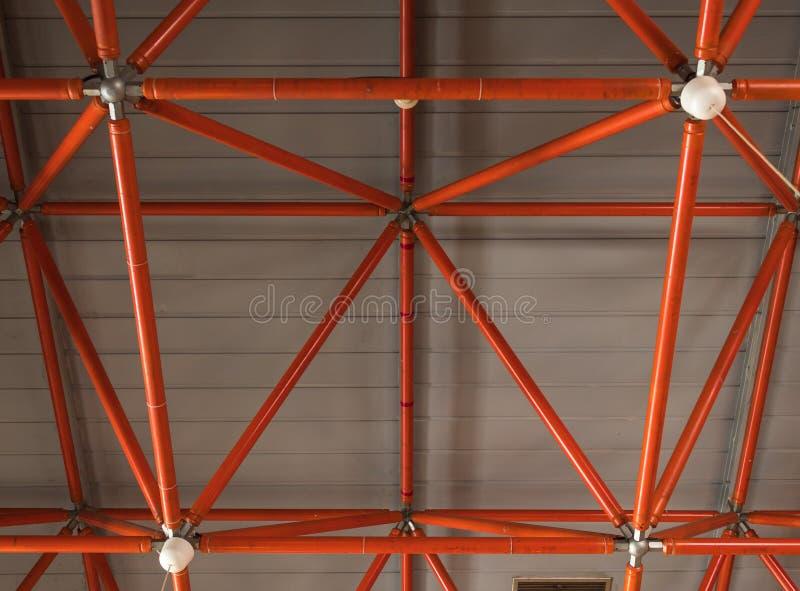 Industriellt tak som göras av röda järnstrålar arkivbilder