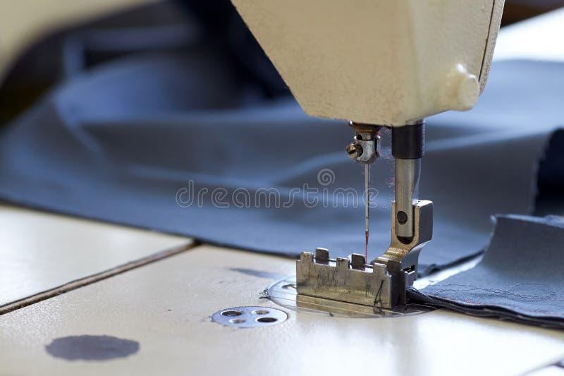 Industrienähmaschine näht einen Ratschenbügel lizenzfreie stockfotografie