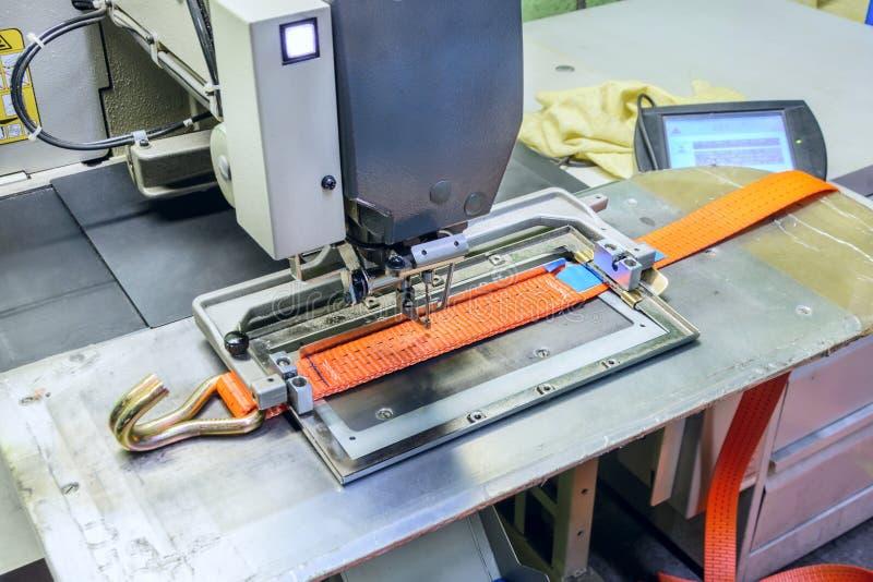 Industrienähmaschine näht einen Ratschenbügel stockfotografie