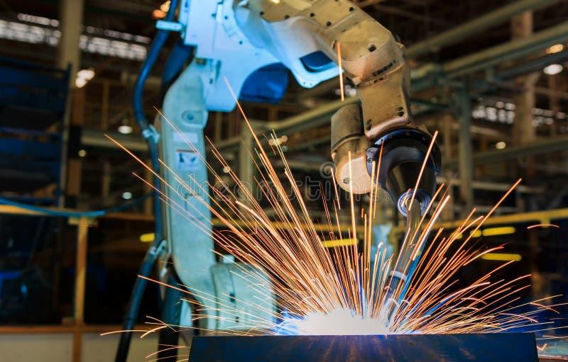 Industrieroboter schweißt Versammlungsautomobilanteil an Autofabrik lizenzfreies stockbild