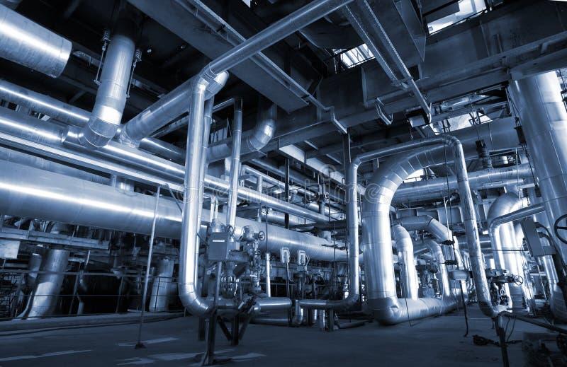 Industriestahlrohrleitungen an der Fabrik lizenzfreie stockbilder