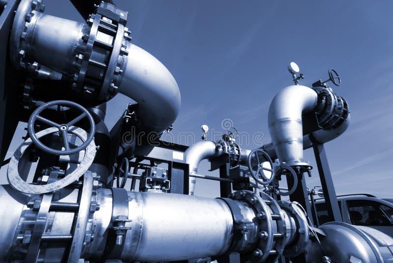 Industriestahlrohrleitungen an der Fabrik stockbild