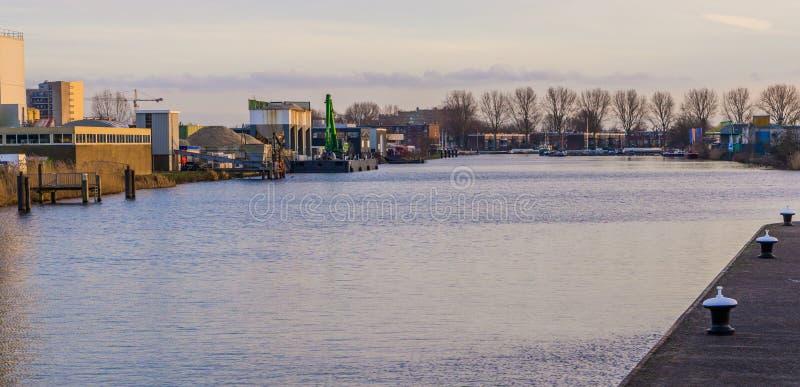 Industriezone aan de waterkant van het hol Rijn, Nederland, stadslandschap van Alphen aan van goed - bekende Nederlandse stad stock afbeelding