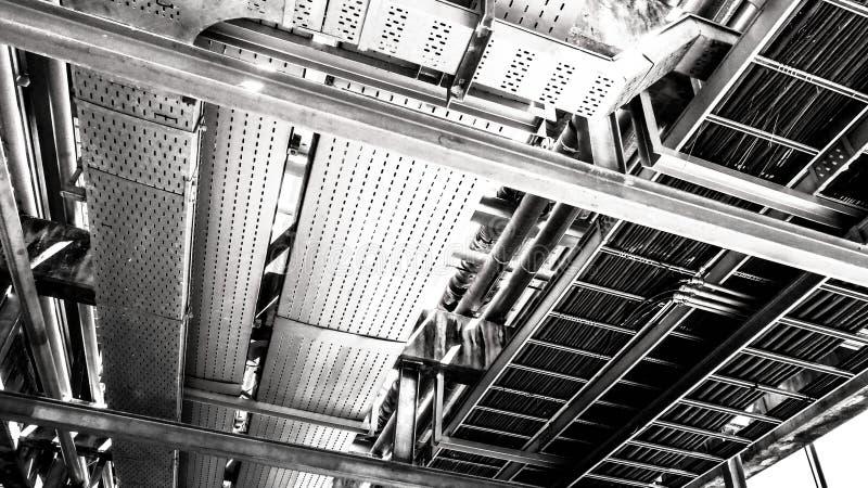 Industriezone, staalpijpleidingen en kabels in een installatie stock foto's