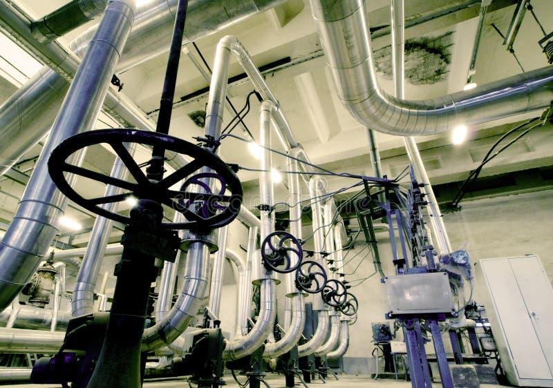 Industriezone, Staalpijpleidingen, kleppen en kabels stock fotografie