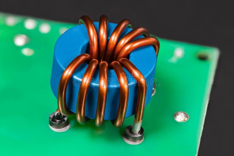 Indutor azul Detalhe magn?tico do n?cleo de ferrite Dispositivo elétrico aberto foto de stock