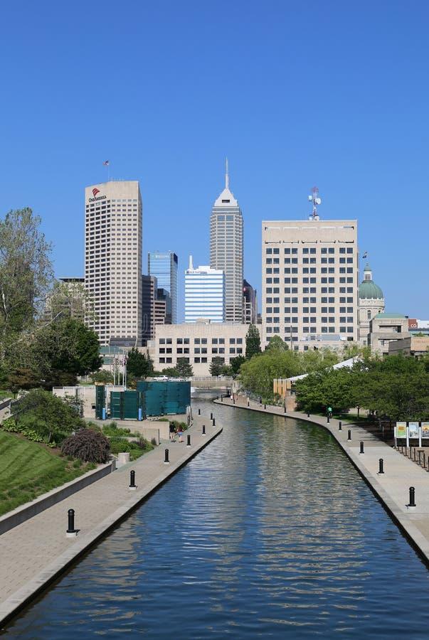 Indy-Kanal-Weg und Skyline des Stadtzentrums lizenzfreie stockbilder