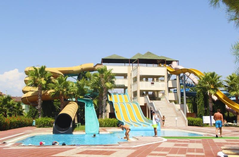 Indyczy Antalya Czerwiec 2018 Architektoniczny projekt Turecki hotel z wodnymi aktywność, basenem, obruszenia, ludzie i palma i, zdjęcia royalty free