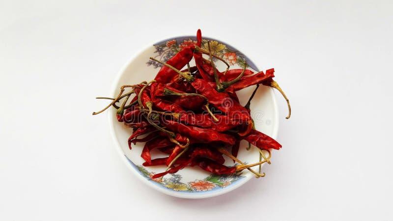 indyjskich pikantność czerwony chili w pucharze na białym tle zdjęcia stock